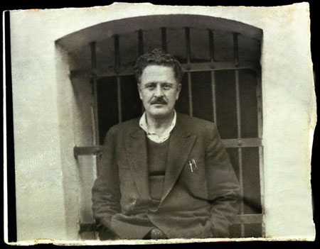 Nazim Hikmet davanti al carcere di Bursa