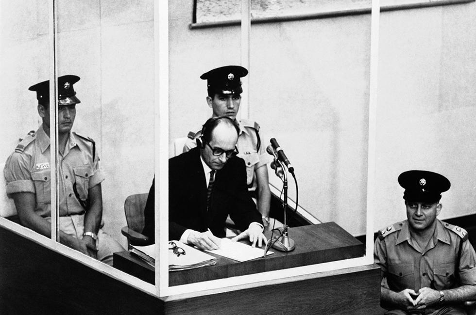 """ARCHIV: SS-Obersturmbannfuehrer Adolf Eichmann steht in Jerusalem wegen Verbrechen gegen die Menschlichkeit vor Gericht (Foto vom 08.08.61). Vor 50 Jahren, am 11. April 1961, begann der Prozess gegen Eichmann in Israel. Aus diesem Anlass widmet das Dokumentationszentrum Topographie des Terrors in Berlin diesem Thema eine Ausstellung mit dem Titel """"Der Prozess - Adolf Eichmann vor Gericht"""", die am Dienstag (05.04.11) eroeffnet wird. (zu dapd-Text) Foto: AP/dapd"""