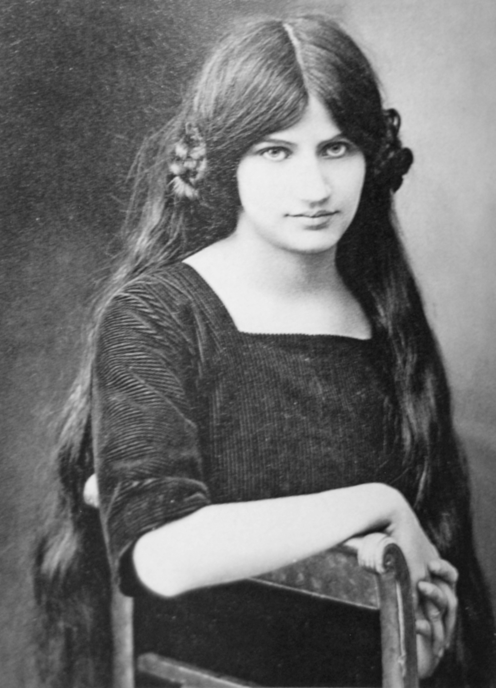 1916-jeanne-hebuterne-at-19-years-photo